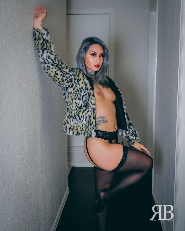 Monique - bw, lit, nature, thewomanbook - rbphotography | ello
