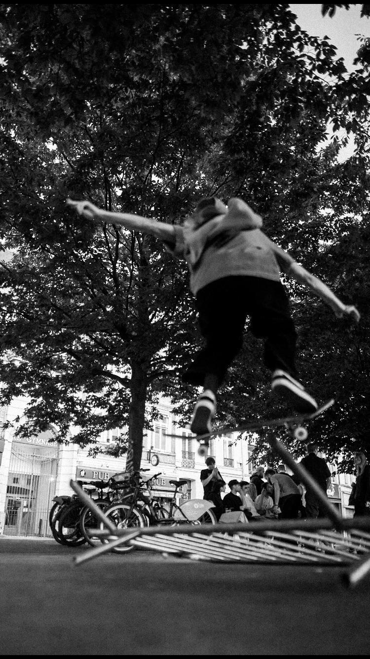 Skateboard confined - bnw, skateboard - stefw | ello