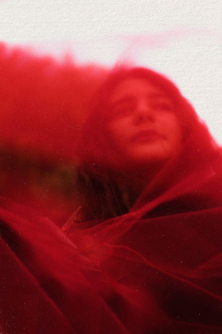 La dama de rojo Attels van Ro - photography - attelsvanro | ello