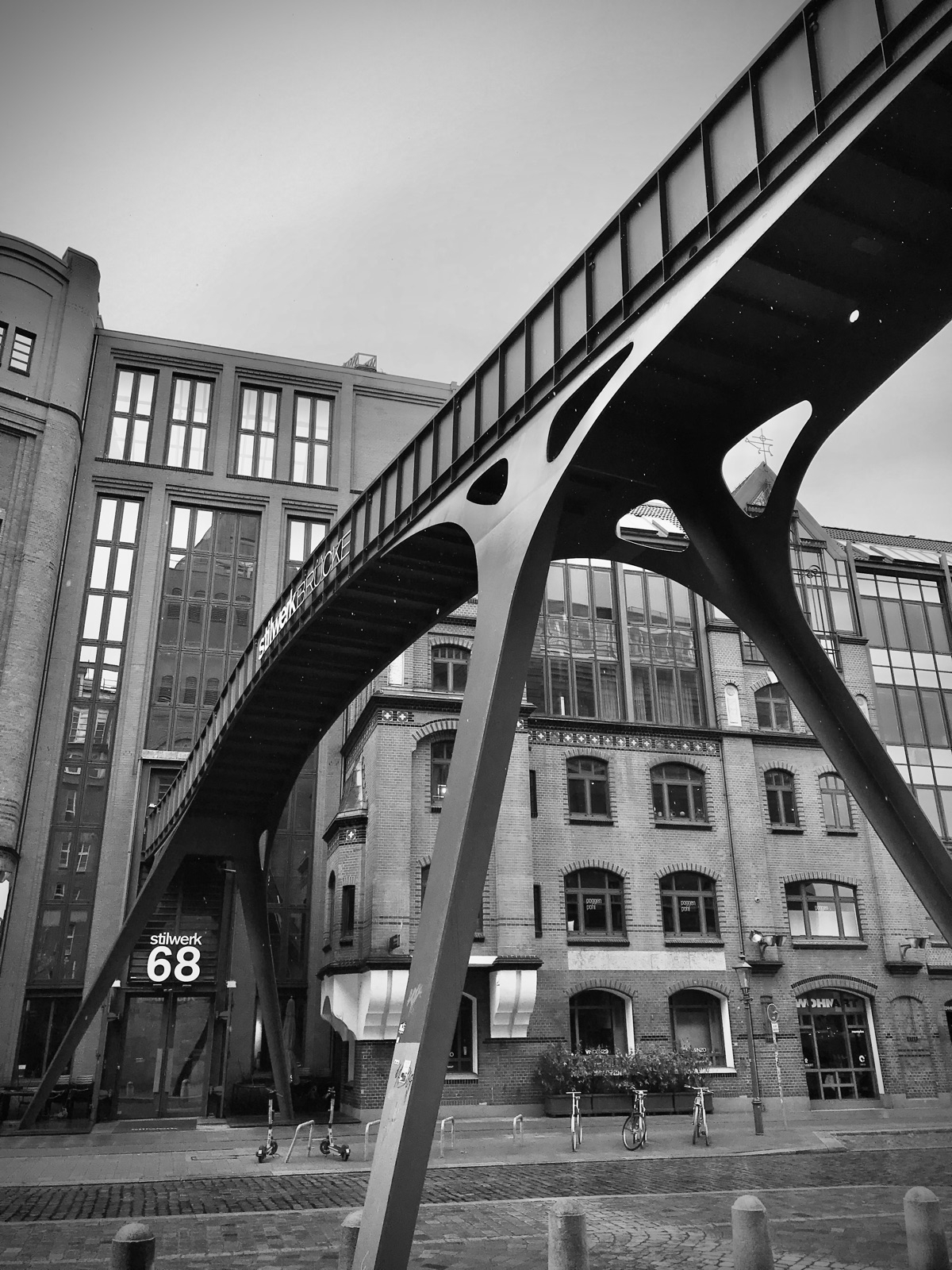 Stilwerkbrücke black white - ellobridges - blueskipper   ello