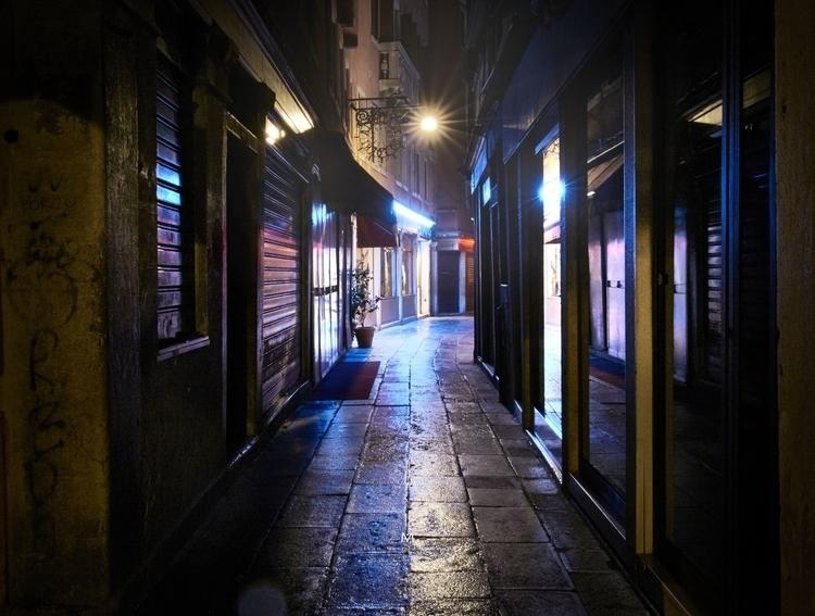 ruelle neon bleu better def.jpg