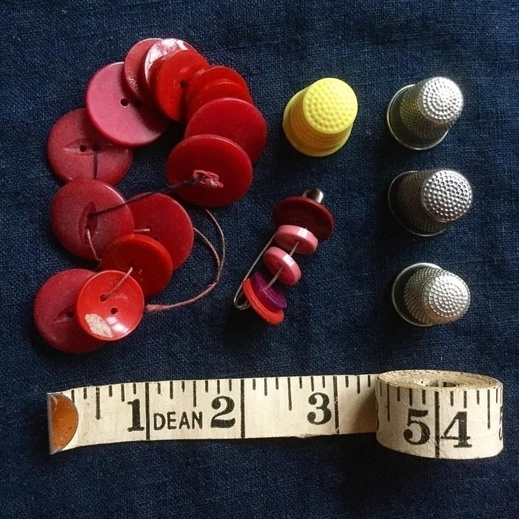 Thimbles buttons. red ilovered  - arnolds-attic | ello