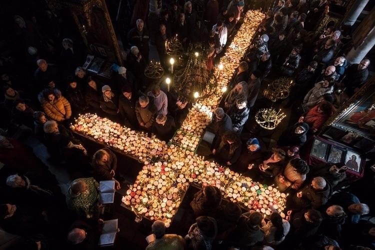 Believers pray cross-shaped pla - ellonews | ello