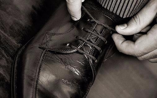 Chi allaccia le proprie scarpe  - giuseppefuser | ello
