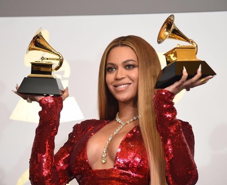 Singer Beyonce poses Grammy tro - ellonews | ello