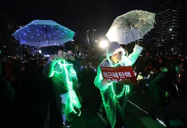 People wearing electronic light - ellonews | ello