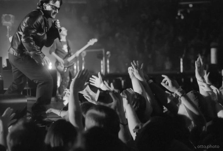 Bono / Adam Clayton U2 night El - ottok | ello