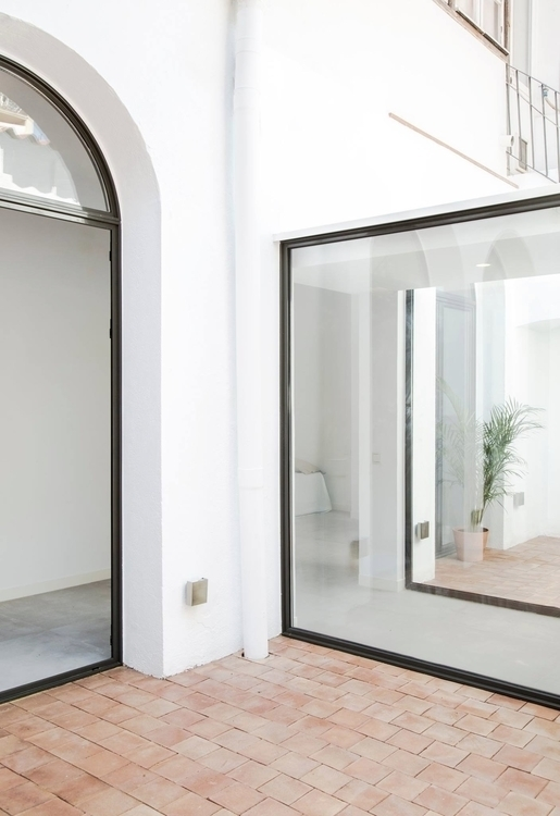 Glass-enclosed walkway. Casa Ga - upinteriors | ello