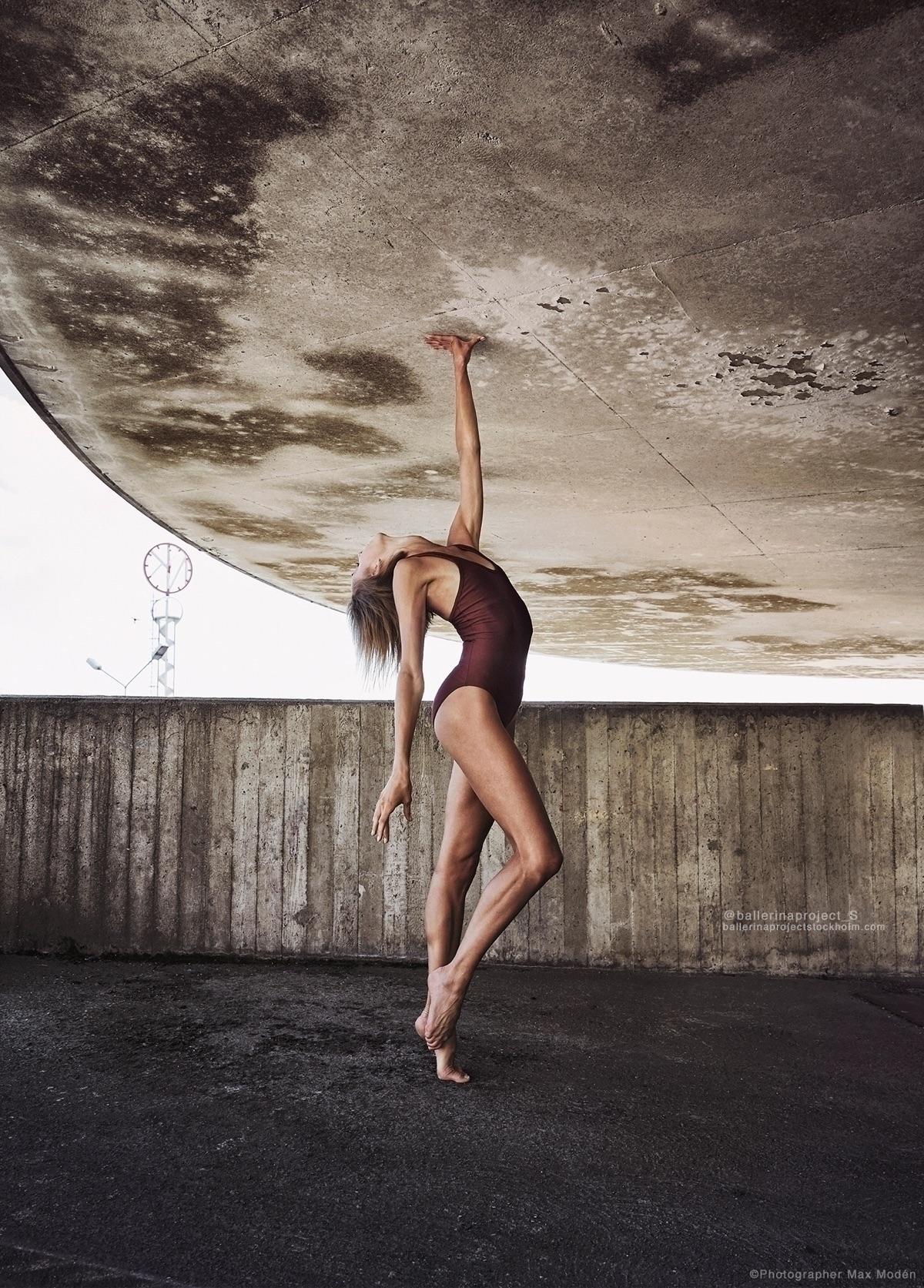 holding moon. Ballerina Lovisa  - maxmoden | ello