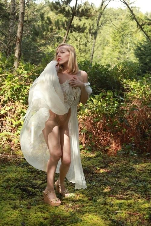 Angel enjoys romp outdoors silk - teuchtar   ello