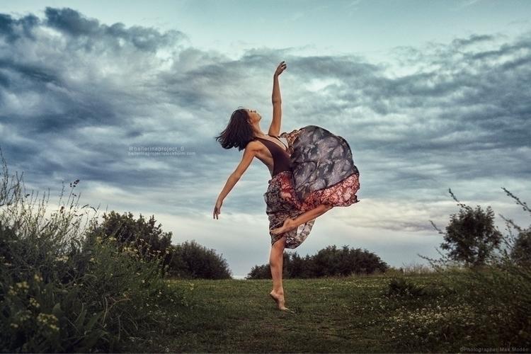 Frida dancing sunset ballerina  - maxmoden | ello