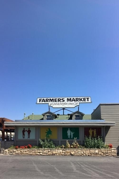 Grabbing bite - FarmersMarketLA - rowiro   ello