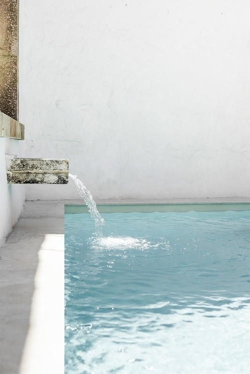 Pool water feature. Patio de Es - upinteriors | ello