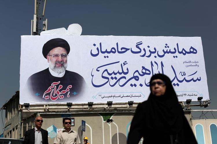 Iranian woman walks portrait pr - ellonews | ello