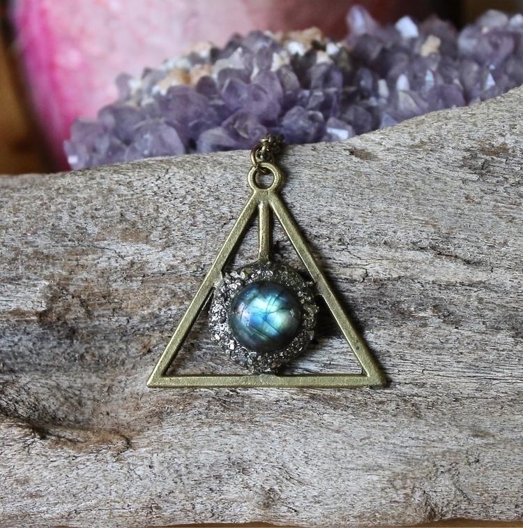 Stunning Labradorite Necklace - jewelry - adamfjgreen   ello