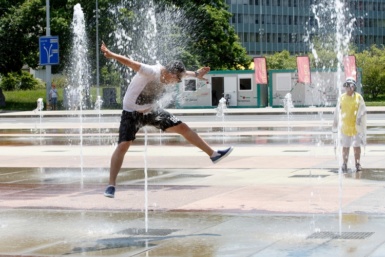 man jumps water-jets fountain P - ellonews | ello