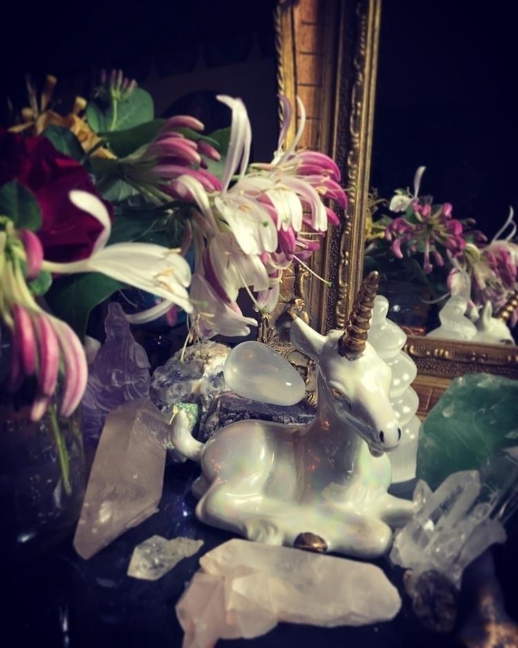 Fresh flowers bedside table - altar - elkemi   ello