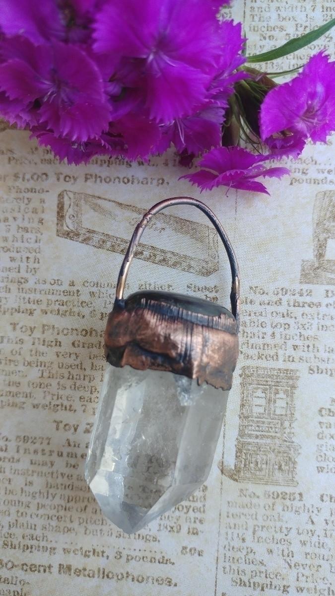 simple quartz pendant...whabam  - gnomeshiddentreasure   ello