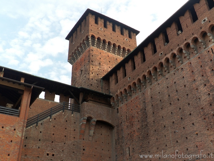 Milan (Italy): mighty walls Sfo - milanofotografo | ello