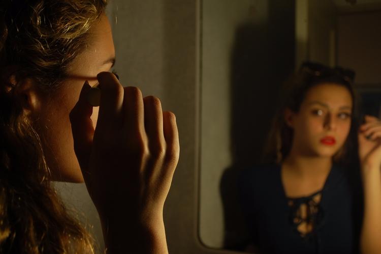 women, makeup, selfimage, reflection - redhering | ello