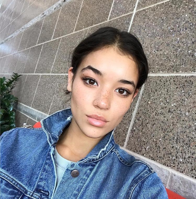airport selfie - wisconsin - kaligirl | ello
