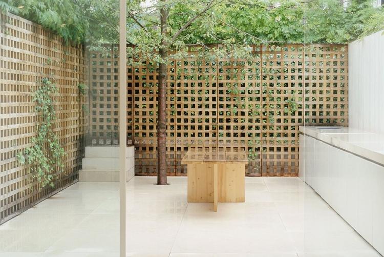 Lattice-walled garden. Pawson H - upinteriors | ello