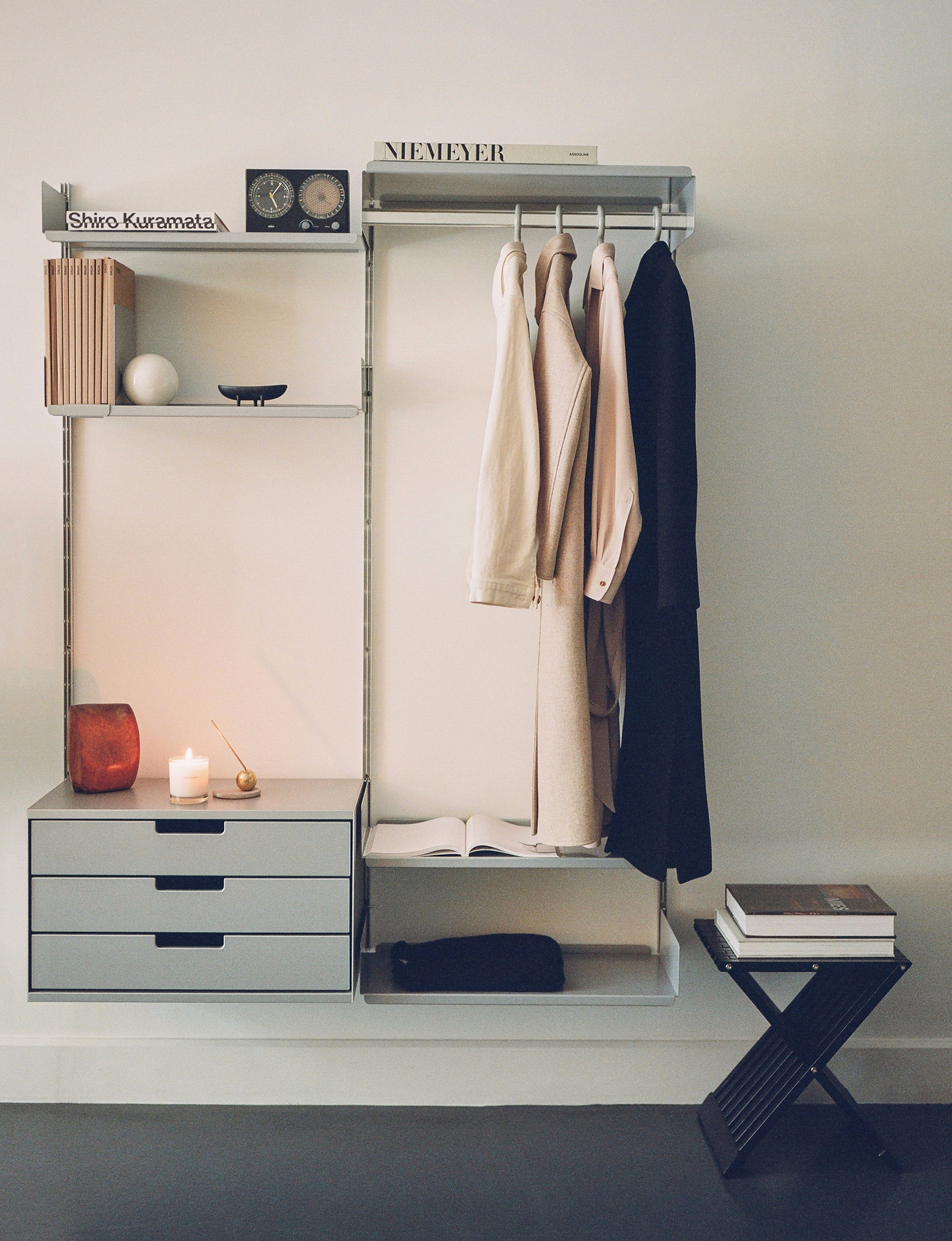 simple shelving system photogra - vitsoe | ello