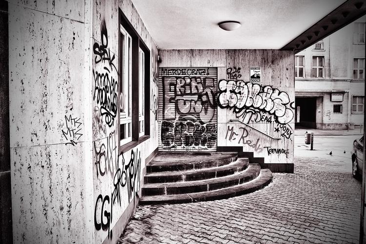 Graffiti - monochrome, monochromephotography - borisholtz | ello
