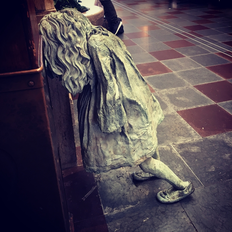 Weeping girl artist Laura Ford - stigergutt | ello