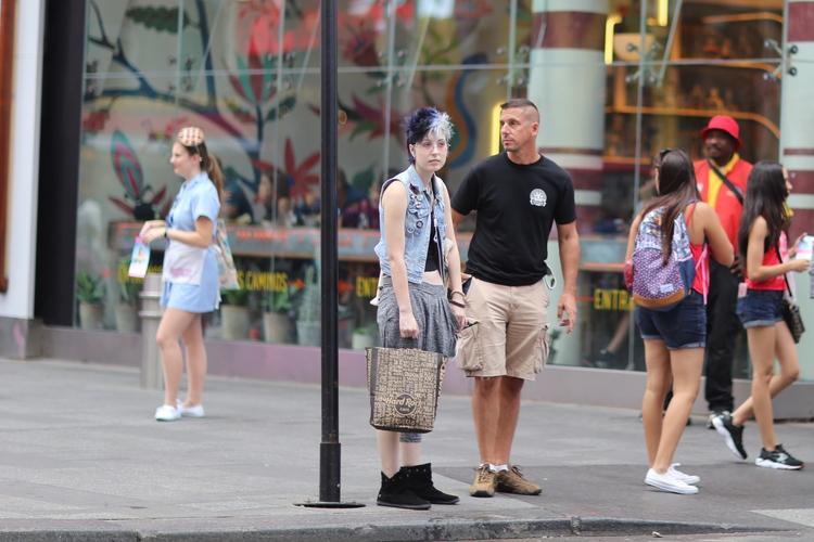 Times Square** couple people wa - kevinrubin | ello