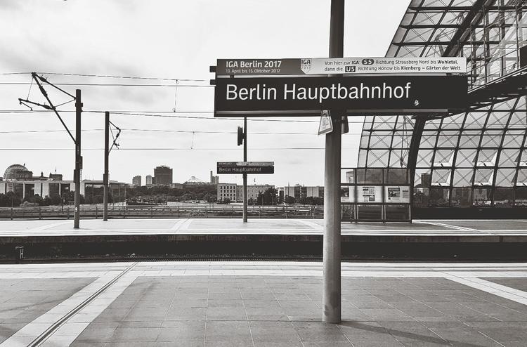 Zwischenstop - Berlin, Bahnhof - rowiro | ello