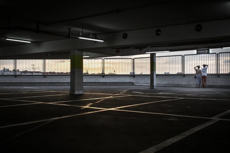 Car park romance. BERLIN - imagos | ello
