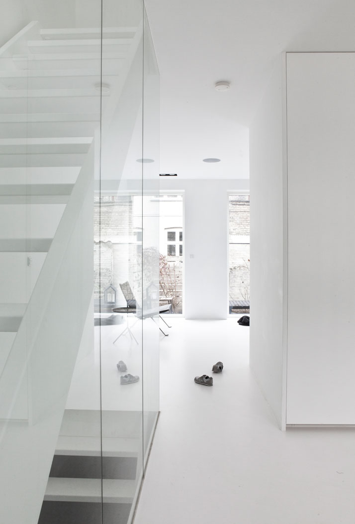 White staircase glass wall. Cop - upinteriors | ello