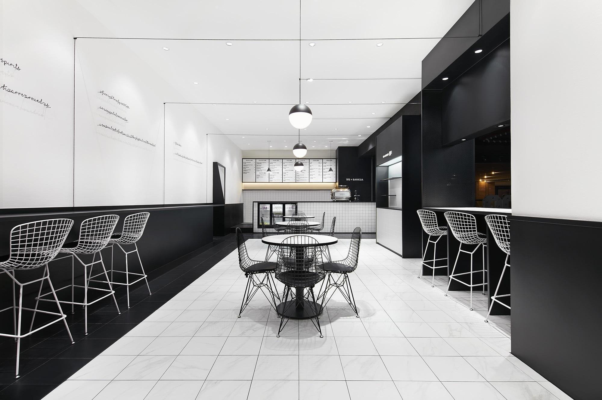 Dominated black white, Leaping  - barenbrug | ello