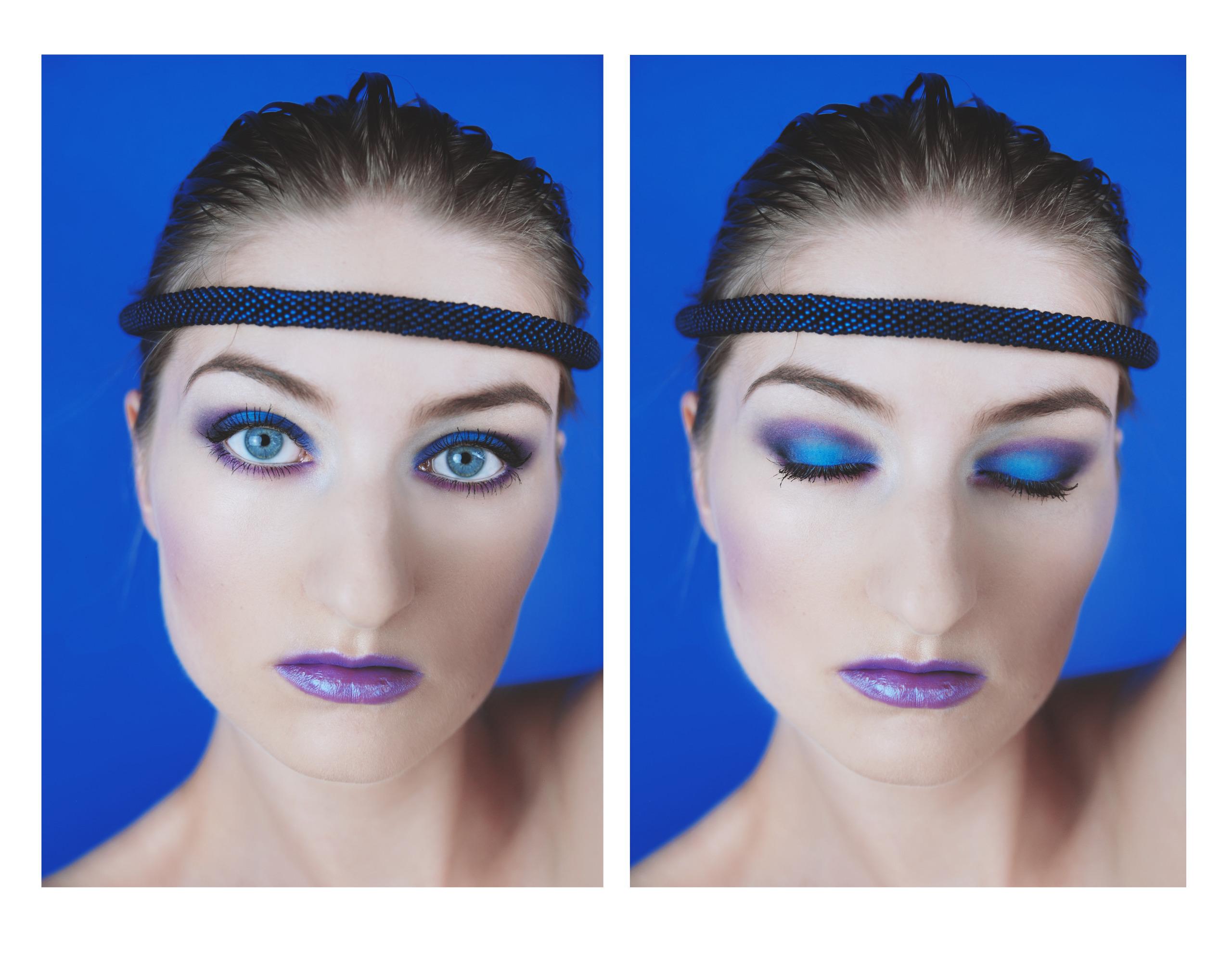 Zdjęcie składa się z dwóch zdjęć przedstawiających młodą kobietę, raz z otwartymi oczami, raz z zamkniętymi. Kobieta ma opaskę na czole, makijaż, a za nią znajduje się niebieskie tło.
