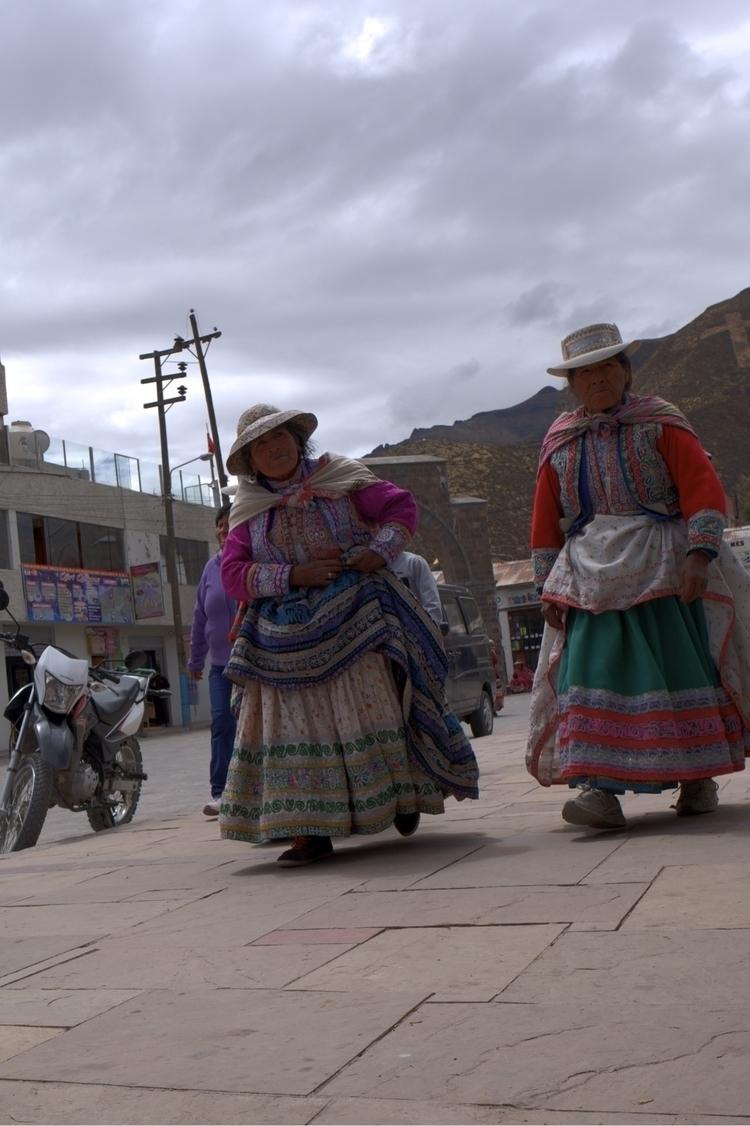 Die typische Tracht im Colcatal - weltfarben | ello