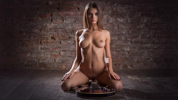 brunette, tits, naked, nude, guitar - ukimalefu | ello