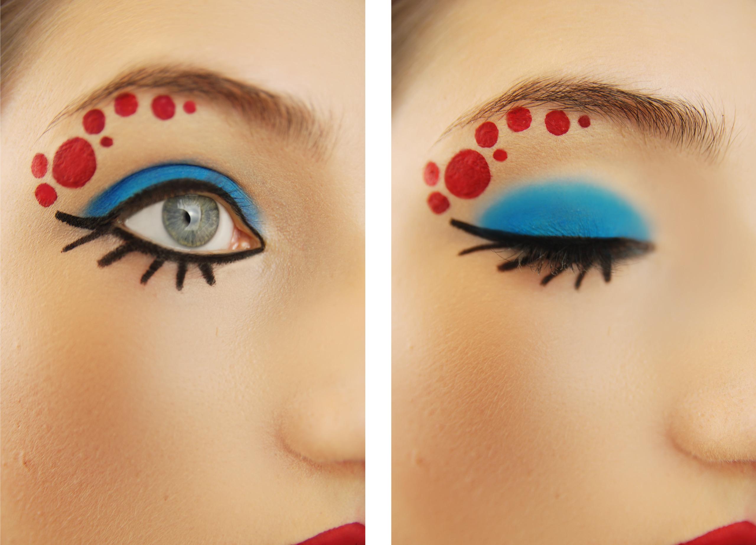 Zdjęcie podzielone jest na dwie części i obie przedstawiają oko w makijażu, po lewej stronie otwarte, po prawej zamknięte.