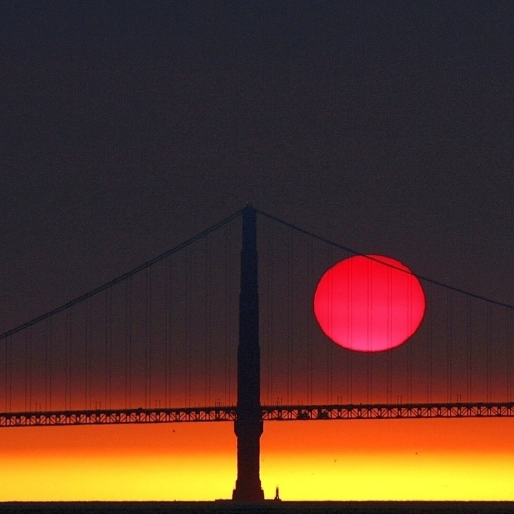 Red Sun. Shot sunsets eerie, sa - mikegomez | ello