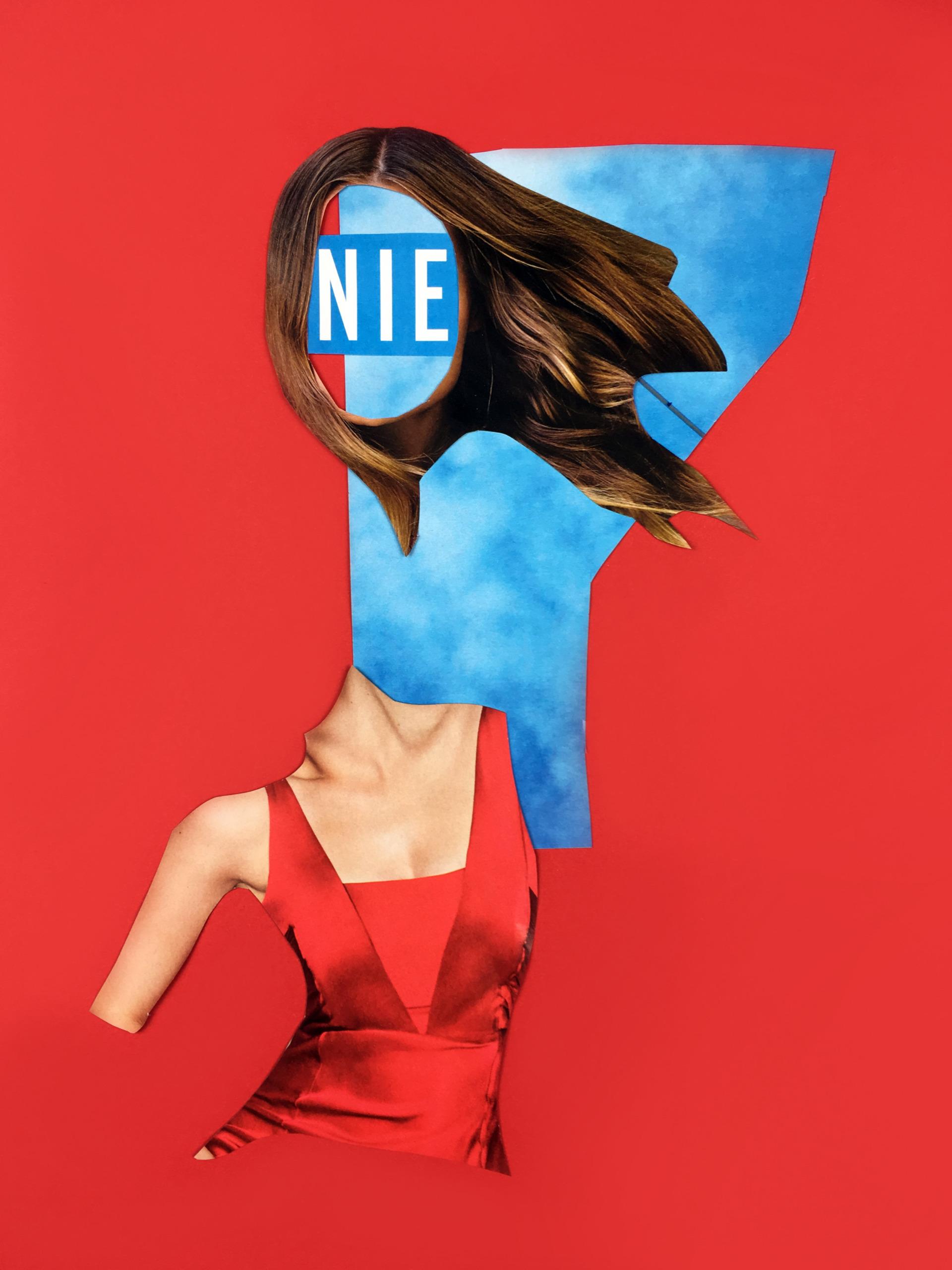 Obraz przedstawia kolaż na czerwonym tle. Widzimy fragment kobiety ubranej w czerwoną sukienkę, kawałek niebieskiego nieba, głowę pozbawioną twarzy.