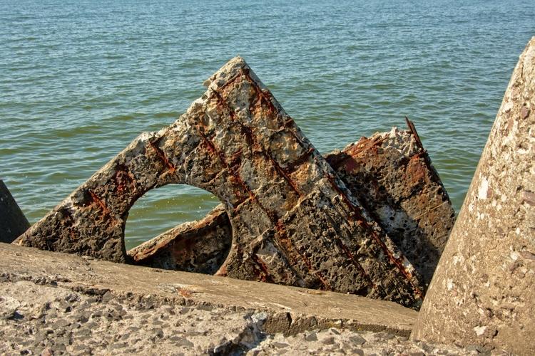 detail Soviet bunker ruins coas - fotsirk | ello