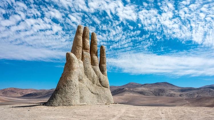 La mano gigantesca sobresale de - codigooculto | ello