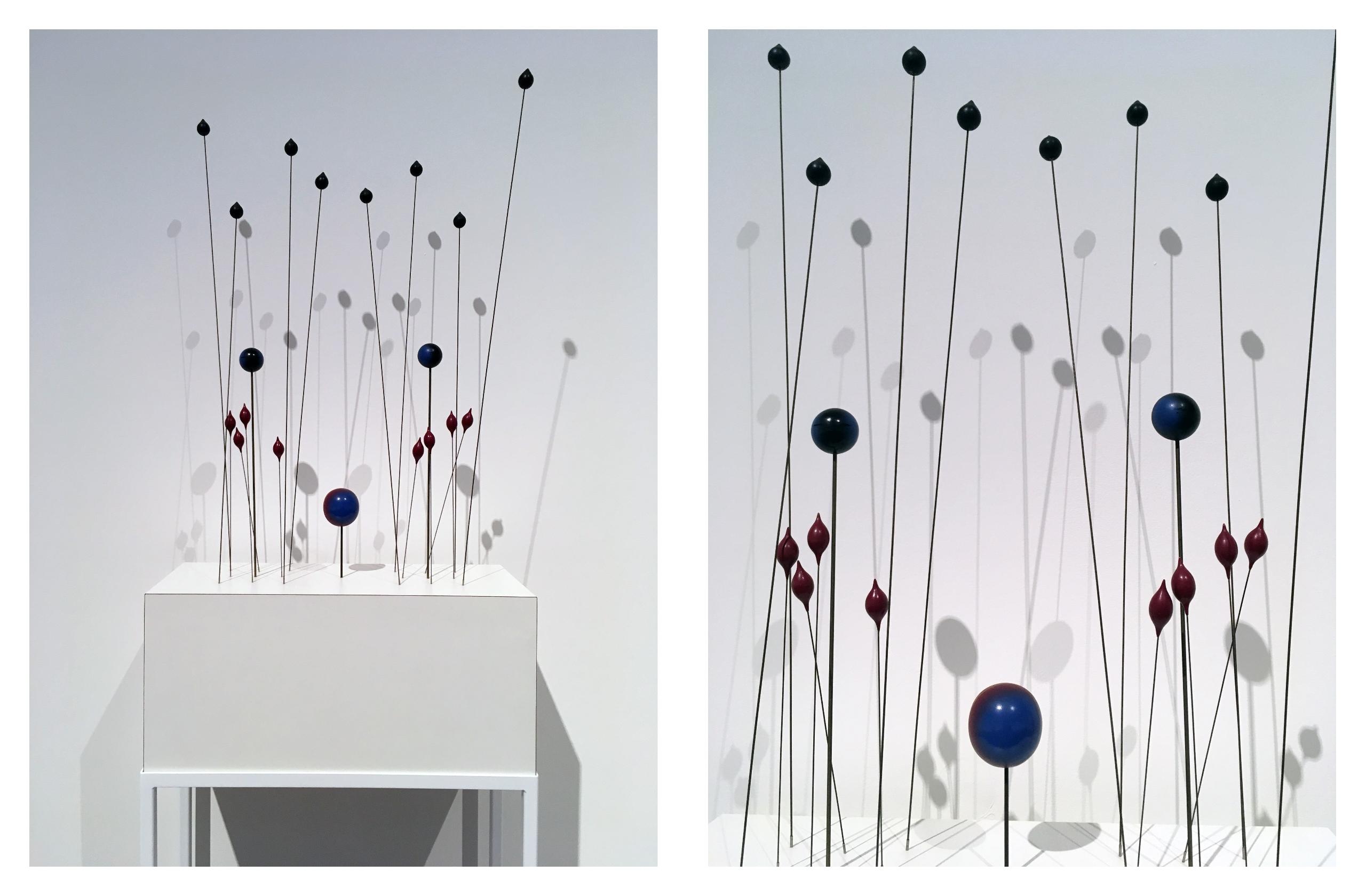 Obraz przedstawia dwa zdjęcia rzeźby składającej się z patyczków, na których końcach zamieszczone są figury geometryczne.