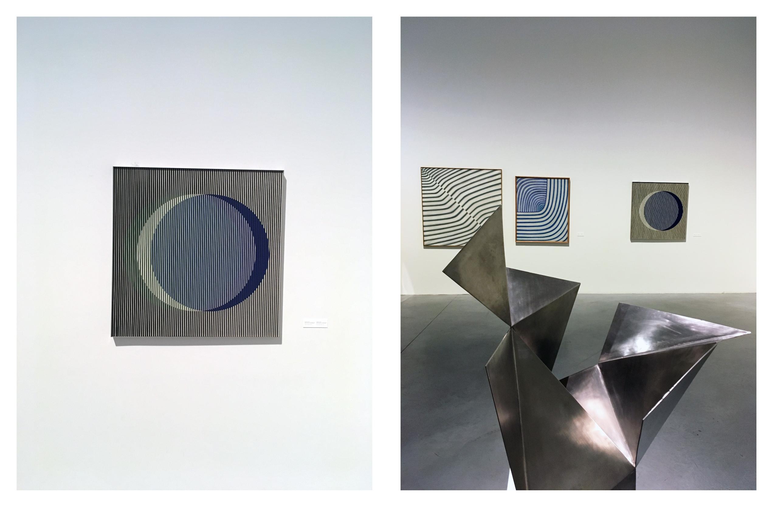 Obraz przedstawia dwa zdjęcia. Na zdjęciu po lewej stronie widzimy obraz na białej ścianie, na zdjęciu po prawej rzeźbę z metalu, a w tle obrazy na białej ścianie.