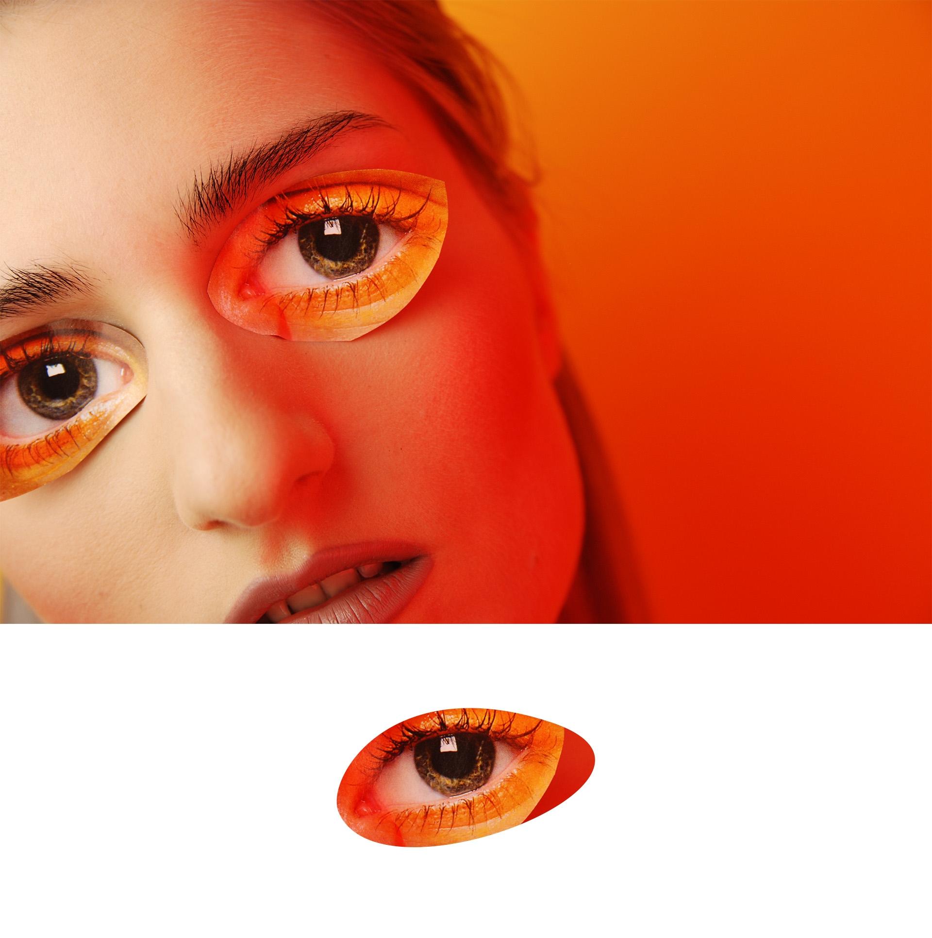 Obraz przedstawia fragment twarzy kobiety z naklejonymi oczami z papieru. Pod zdjęciem widzimy geometryczny kształt oka.