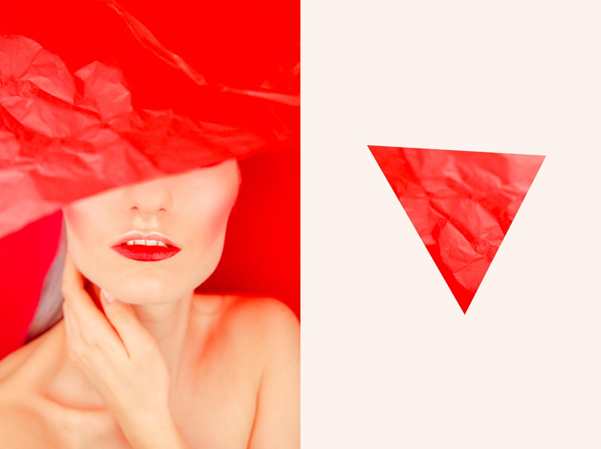 Obraz przedstawia zdjęcie z połową twarzy kobiety oraz czerwony trójkąt po lewej stronie. Kobieta ma zasłonięte oczy czerwoną tkaniną.