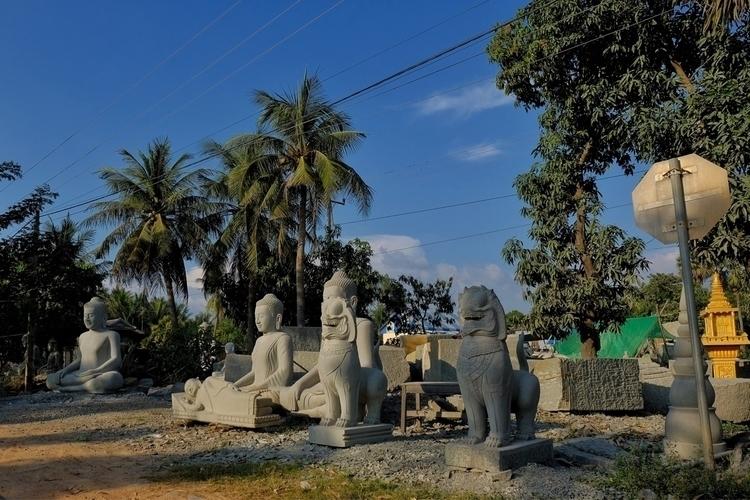 Statuen bei einem Steinmetz nah - weltfarben   ello