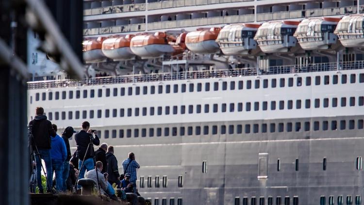 Size Matters - qm2, queenmary2, cruiseship - gkowallek | ello