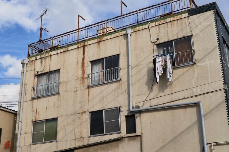 Cracked - Tokyo, Japan, Building - gullevek | ello