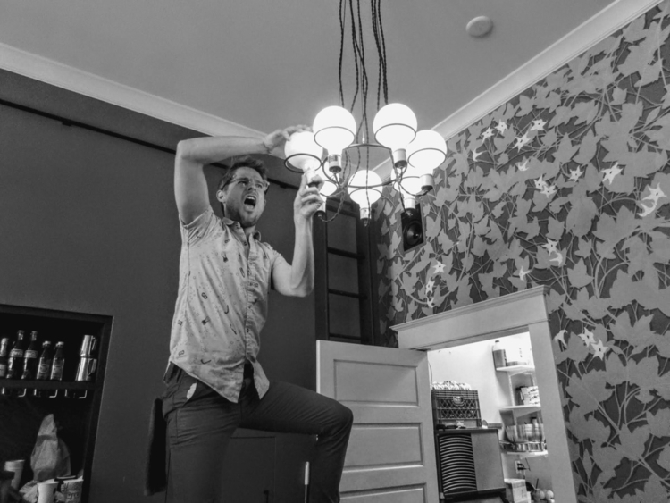 baristas change lightbulb - tehranchik | ello